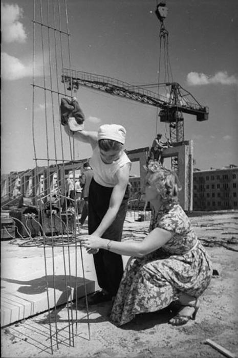 Заслуженная артистка РСФСР Ирина Муштакова на стройке в Черемушках 1958 - 1963 Семен Мишин-Моргенштерн