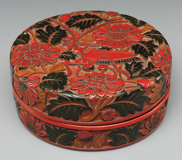 Всего старинными мастерами были созданы 9 основных цветов, в которые может окрашиваться лак