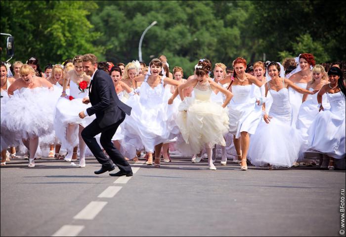 Частью парада часто становится «Забег невест»