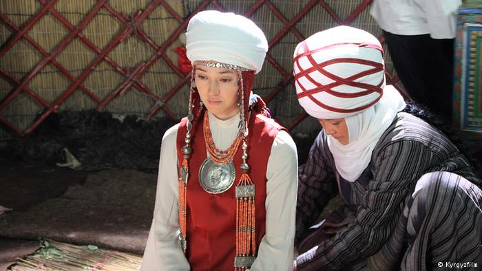 Кадр из фильма «Курманджан-датка, королева гор», снятого на основе биографии Алайской царицы