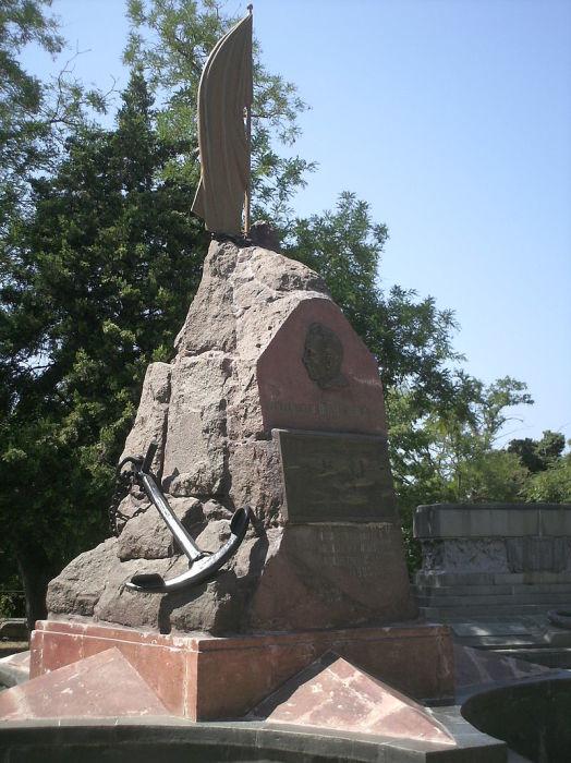 Памятник на могиле П. П. Шмидта на кладбище коммунаров в Севастополе