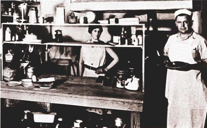 Сандерс за работой в своей закусочной в 1930-е