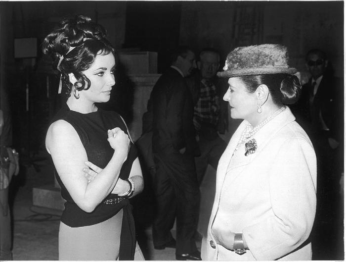 Елена Рубинштейн и Элизабет Тейлор, участвующая в рекламе косметической продукции