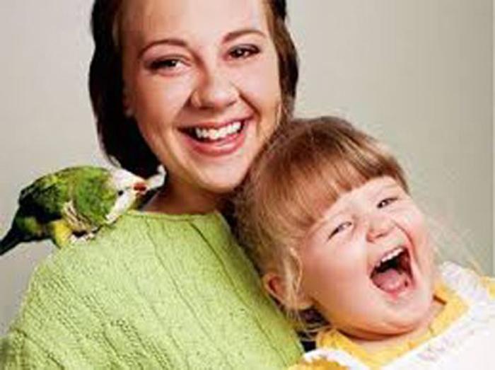 Попугай  Вилли со спасенной им малышкой Ханной и ее мамой