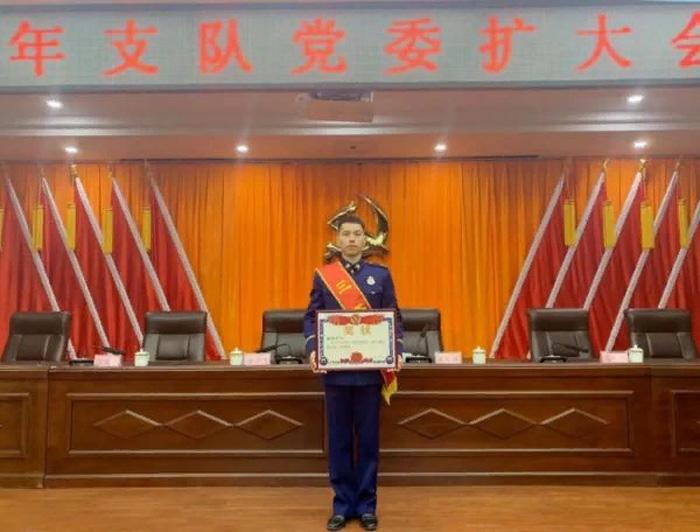 Тан очень гордится приемным сыном, который недавно получил свою первую награду за службу