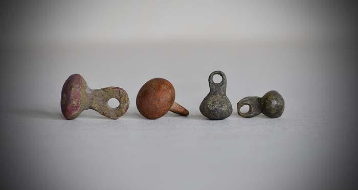 Пуговицы-гирьки – самая распространенная в Древней Руси форма этого аксессуара