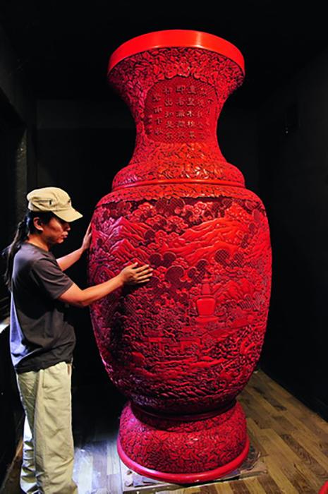 На создание этой гигантской вазы у современных китайских мастеров ушло три года