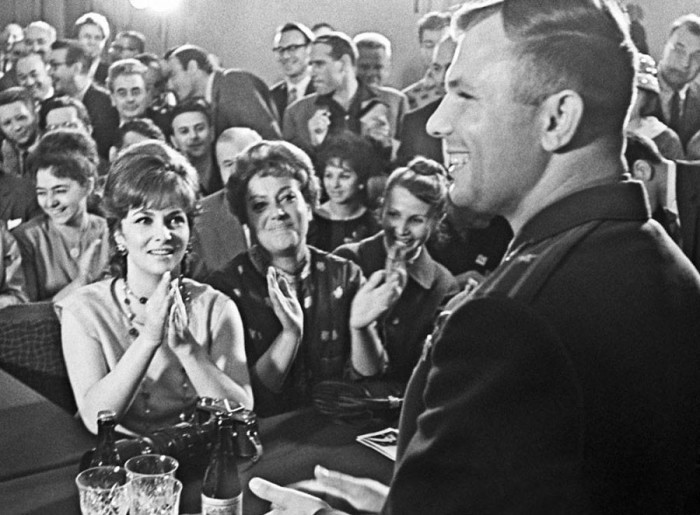 Джина Лоллобриджида и Юрий Гагарин на пресс-конференции в ходе II Международного кинофестиваля. 1961 год. (Фото Бориса Кауфмана)