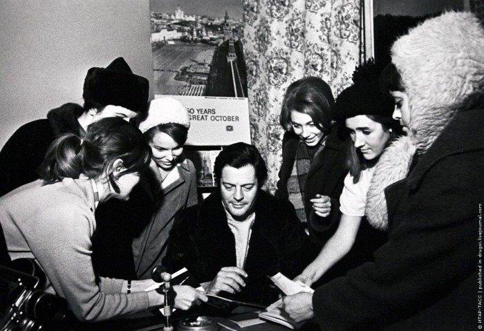 Марчелло Мастроянни раздает автографы поклонницам, Москва, 1968 год (фото Александра Конькова)