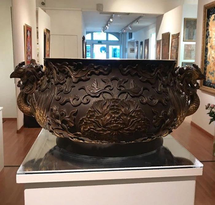 Старинную китайскую вазу использовали для хранения теннисных мячей