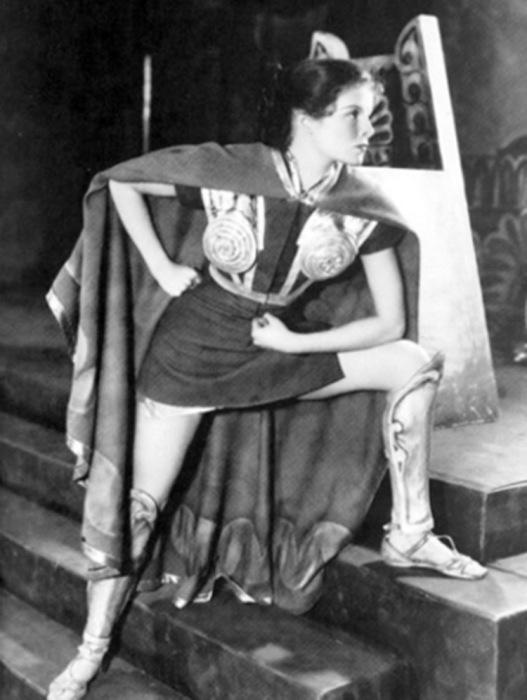 Кэтрин Хепбёрн в роли Антиопы в пьесе «Воин-муж», 1932 год