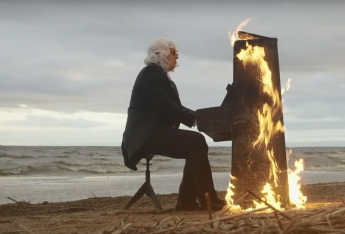 В Санкт-Петербурге слепой музыкант Данила Большаков сыграл на горящем пианино