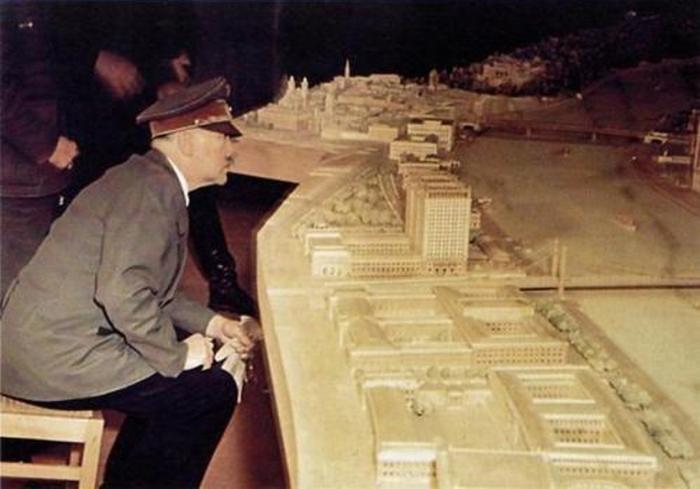 Адольф Гитлер знакомится с макетом будущего музея в Линце