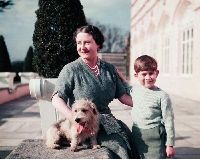 Елизавета вместе с любимым внуком Чарльзом в 1954 году