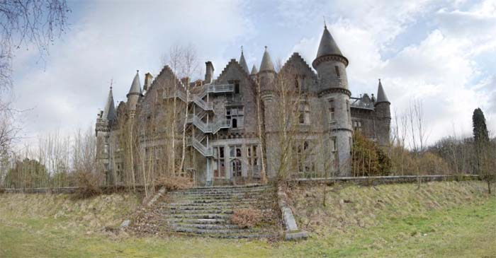 Замок Миранда (Замок Нуаз) в городе Сель, провинция Намюр, Бельгия