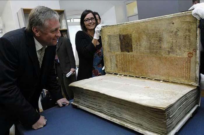 Одна из самых больших книг на свете – «Гигантский кодекс»