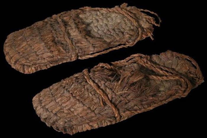 Сандалии, сплетенные из полыни, возрастом в 10 тысяч лет – самый старинный образец обуви, найденный археологами
