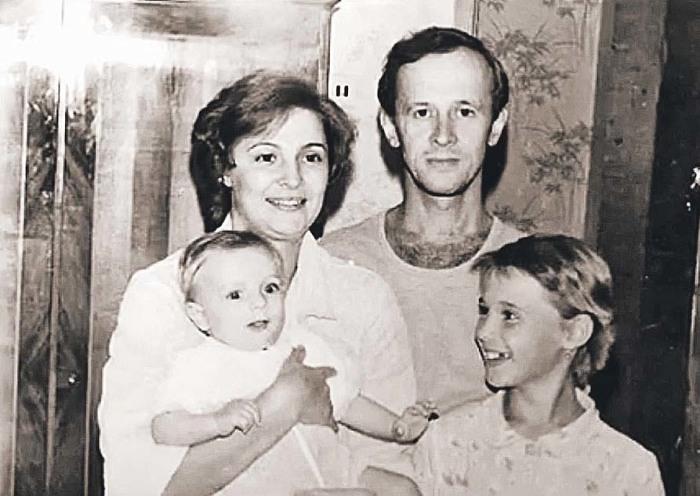 Виктор Косых с первой женой Татьяной, дочерью Кристиной (слева) и сыном Максимом