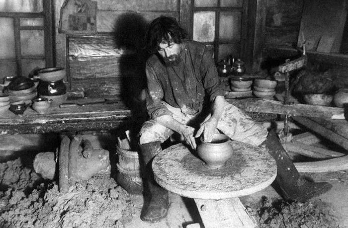 Работа на гончарном кругу в старину требовала больших усилий