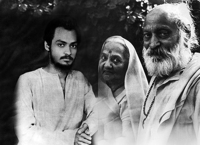 Молодой Чандра Мохан Джеин с родителями