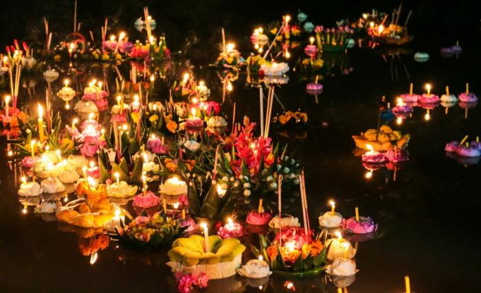 В каждую лодочку вставляют три палочки благовоний и несколько свечей, кладут в них и несколько мелких монет