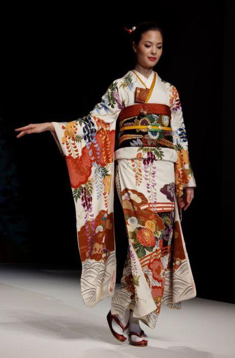 Для самых лучших кимоно вручную делается все: и роспись ткани, и пошив