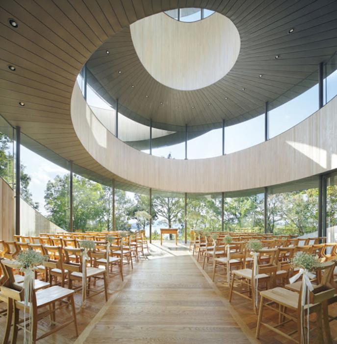 Внутреннее убранство спиральной часовни Ribbon Chapel – места для приглашенных гостей