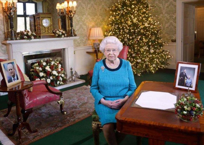Елизавета II в своем кабинете