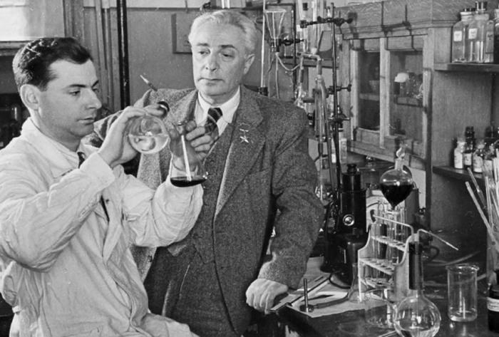 Советский биохимик академик Борис Ильич Збарский и его сын в лаборатории