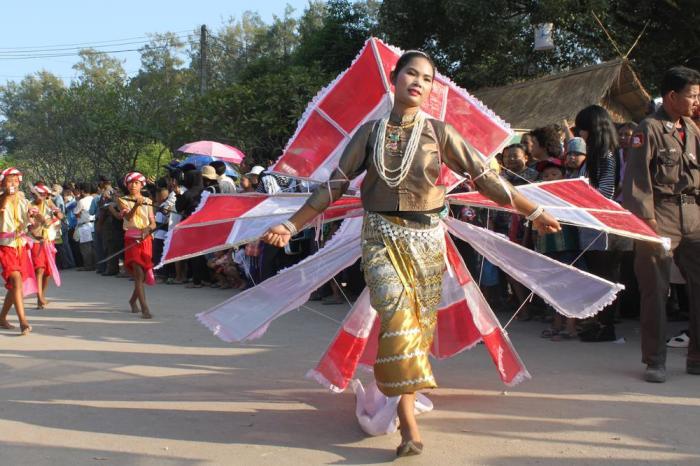 Колонны танцоров движутся по всему городу