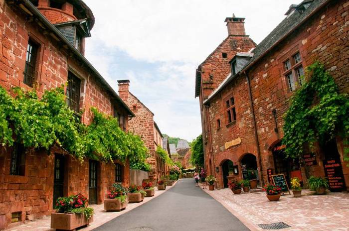 Коммуна Колнонь-ля-Руж полностью выстроена из местного камня красноватого цвета