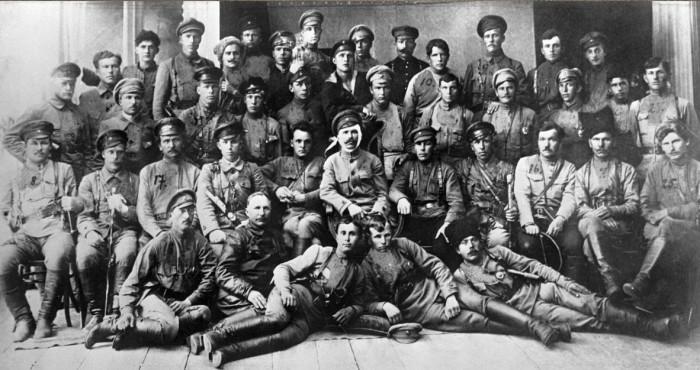 Д. Фурманов и В. Чапаев с бойцами и командирами дивизии после боёв за Уфу. Июнь 1919