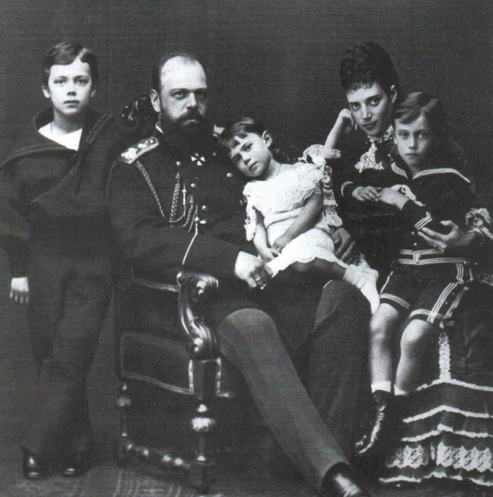 Александр III с женой и детьми