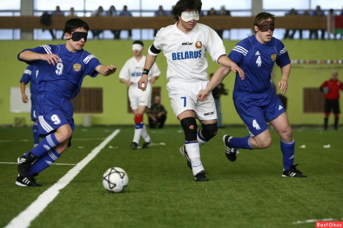 В футболе для незрячих все спортсмены надевают на лица маски, чтобы уравнять шансы на победу