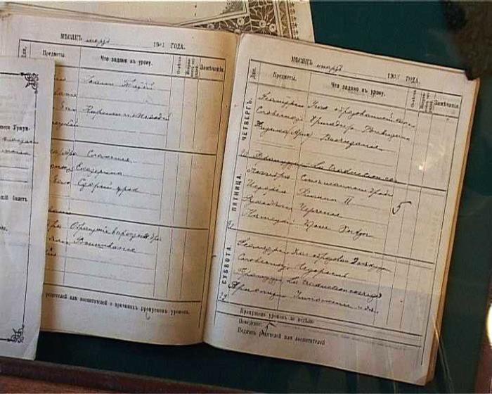 Школьный дневник 1903 года удивительно похож на те, которые буквально пару лет назад, с появлением электронных, перестали быть обязательными (очень неоднозначная инновация, по мнению большинства родителей