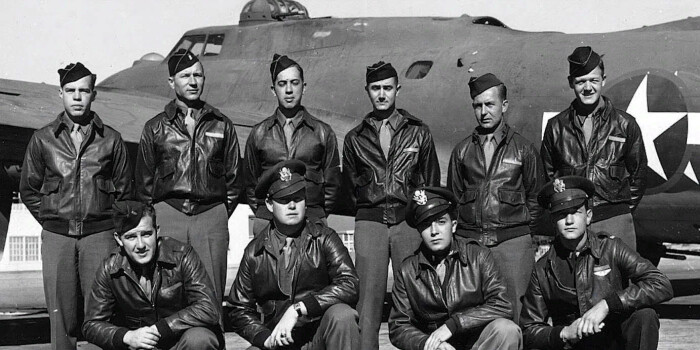 Чарли Браун (слева, первый в нижнем ряду) и члены экипажа бомбардировщика B-17 «Старый паб»