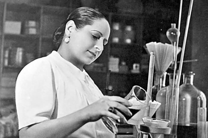 Елена Рубинштейн утверждала, что у нее есть медицинское образование и опыт работы фармацевтом, однако, скорее всего, это неправда. Тем не менее, она сама разрабатывала рецепты своих первых кремов.