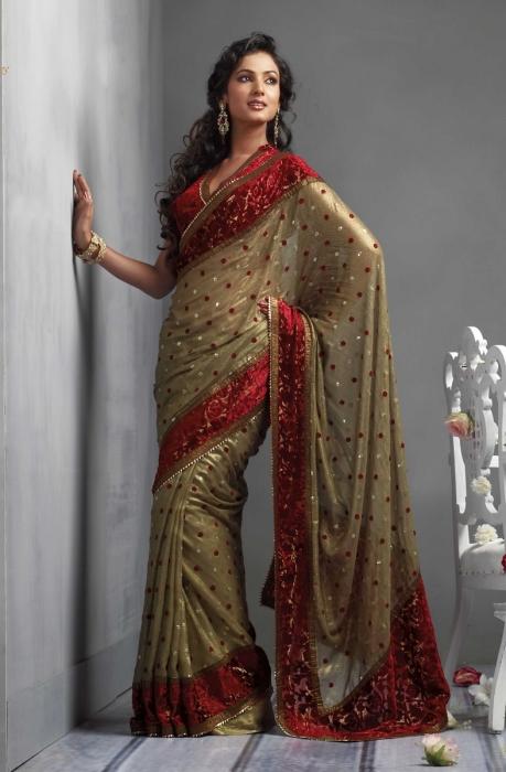 Искусству одевания сари индийские девушки учатся с раннего детства