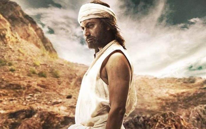 Кинематографический Дашратх Манджхи, как и положено герою фильма, выглядит гораздо более мужественным, чем его прототип