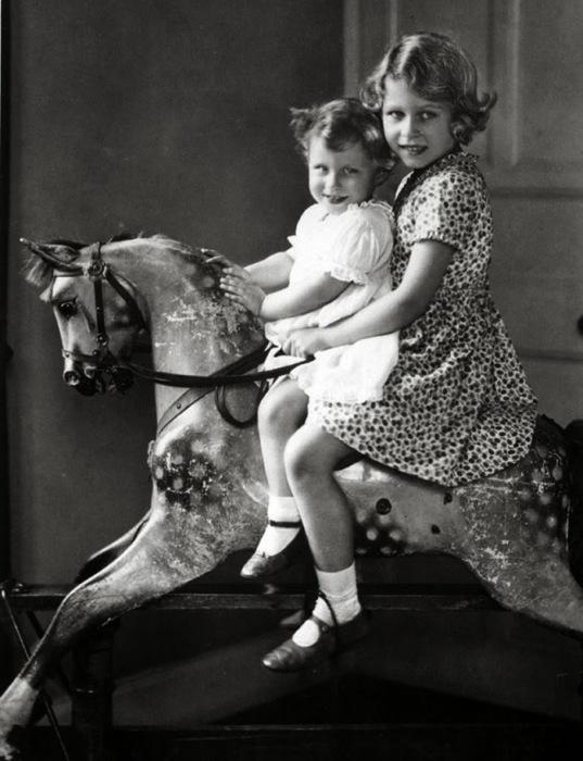 Елизавета II в детстве с сестрой
