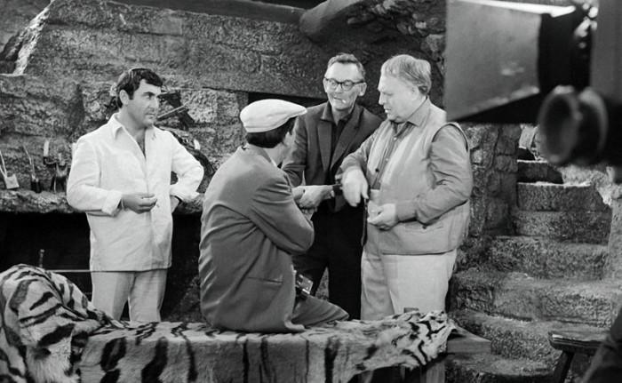 Режиссер показывает, как именно надо дергать Никулина за руку (Бриллиантовая рука)