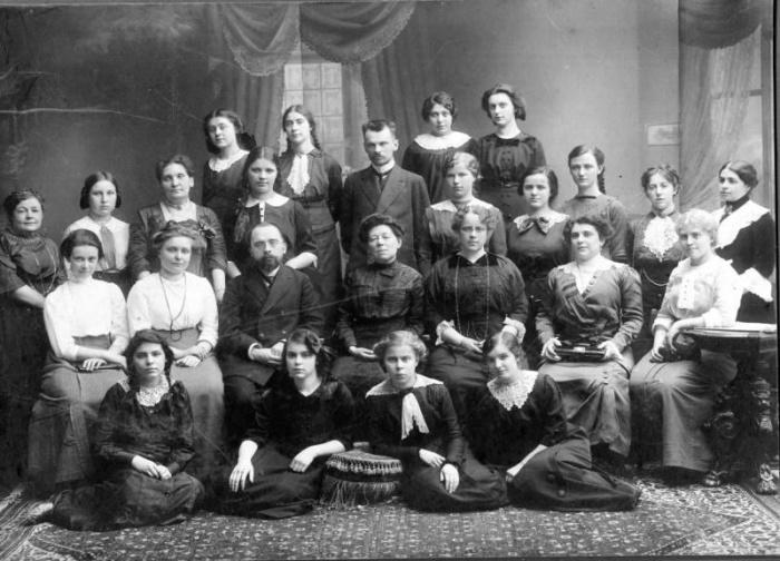 Групповой портрет учителей и учениц Преображенской гимназии для девочек, Санкт-Петербург, 1914 год