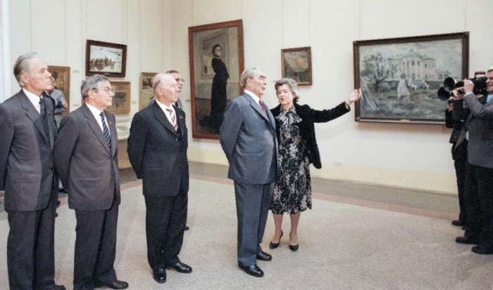 Леонид Ильич Брежнев и Ирина Антонова на выставке