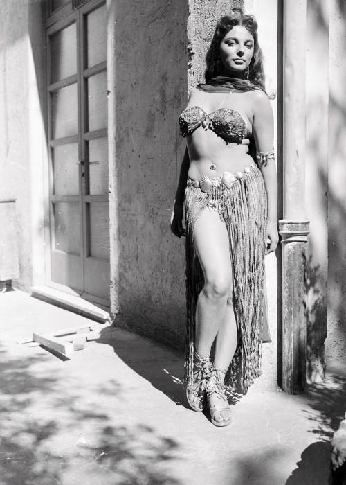 Джоан Коллинз в фильме «Земля фараонов», 1955 г.