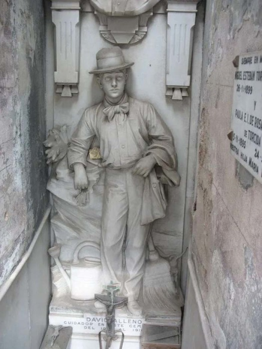 Памятник на могиле смотрителя кладбища