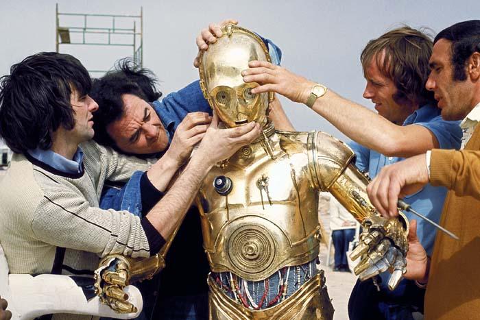 Энтони Дэниелс облачается в костюм C-3PO