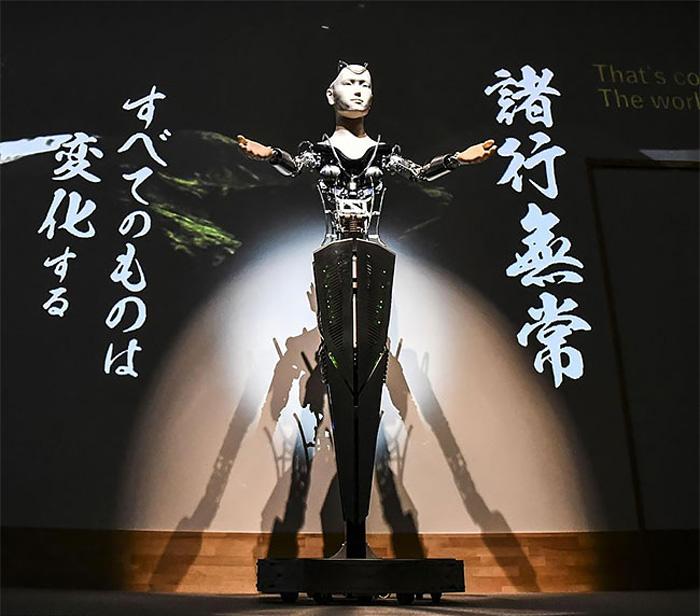 Японский робот-проповедник сочетает в себе черты человека и машины