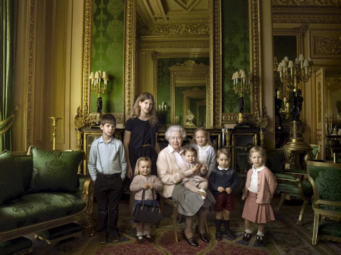 Английская королева с младшими членами своей семьи
