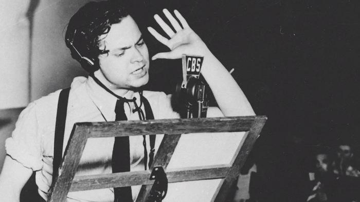 Орсон Уэллс во время эфира радиоспектакля «Война миров»