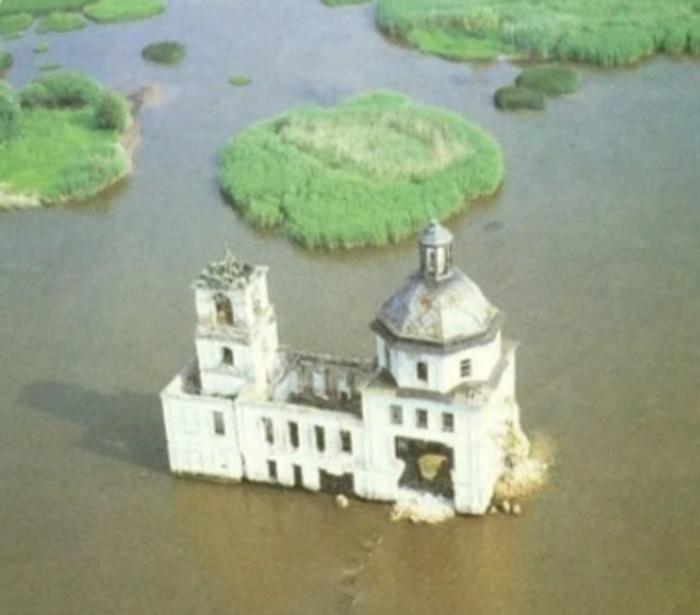 Крохинская церковь в 80-е года, когда она еще служила маяком